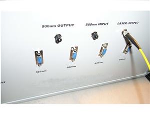 多波长单光纤输出激光器系统